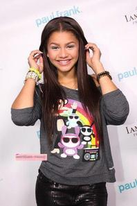 Zendaya au Paul Frank Fashion's Night Out le 6 Septembre 2012 à Hollywood. (Avec Debby Ryan) ,Zendaya & Debby Ryan ont fait un photoshoot au Paul Frank Night Out le 6 Septembre 2012.