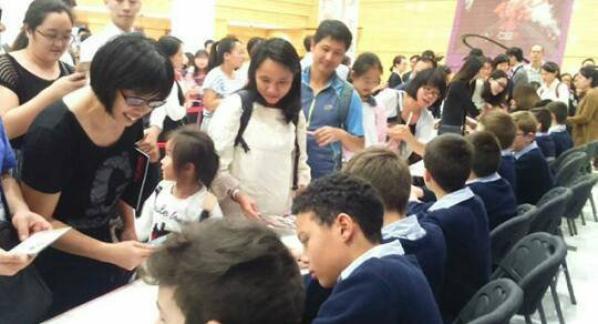 Les Petits Chanteurs à la Croix de Bois -  À la rencontre du public Chinois et dans les coulisses avant l'entrée en scène pour un beau concert du 17 Novembre .
