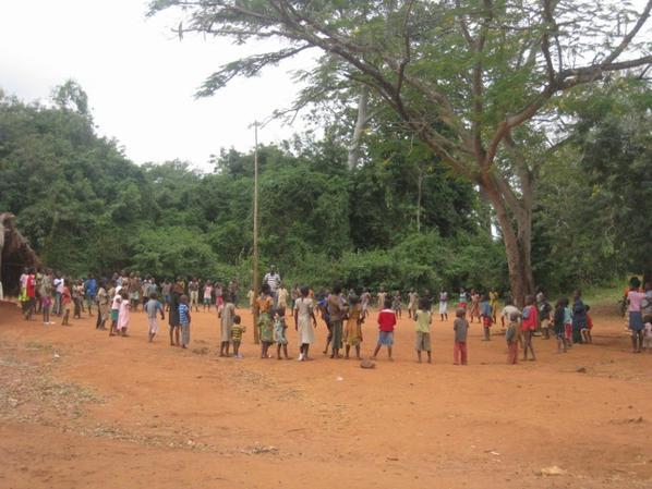 remise des cadeaux aux corps enseingnant et aux élèves du village de bolou-kpémé