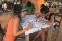 Qlq photos d'un chantier artistique ( batik, percussions, peinture, confections de perles)
