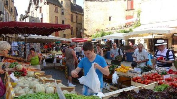 la dordogne ,,, ville de sarlat ,, et le camping ,le marché