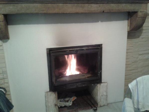 changement de peau pour ma cheminée, un petit barbouillage au béton minéral ardoise, un pochoir et une finition à la résine.