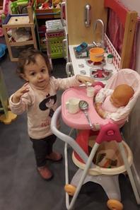 Olivia fait a manger a sont bébé
