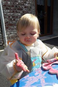 Eleane en pleine préparation pour le cadeau de la fête de sont papa