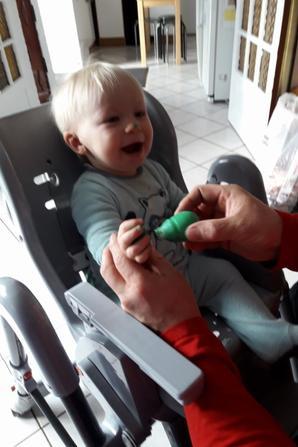 Mathéo mort de rire avec Lolo pour la préparation du cadeau de son papa