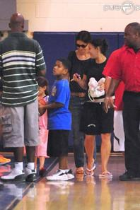 Katie Holmes et Suri Cruise à Chelsea Piers assistent à un match de basket