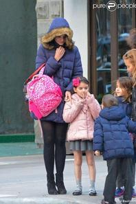 Katie Holmes et sa fille Suri Cruise se promènent dans les rues froides de New York.