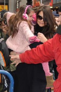 Suri Cruise : apeurée par les paparazzi, elle fait une crise dans les bras de sa maman !