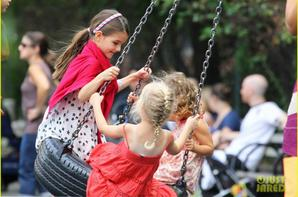 Katie Holmes et sa petite Suri Cruise souriante dans un parc de New York,