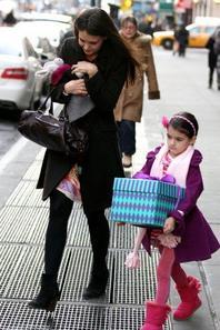 Suri Cruise : une mini fashionista hyper girly invitée à une fête dans l'Upper East Side ?!