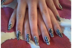 Nail Art: Arabesques sur base grise par alissondu10