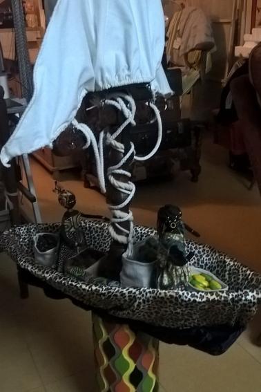 Dans la collection : Le tour du monde : l'Afrique premiére partie : Bateau Africain lampe de salon (2)
