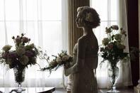 """""""Downton Abbey"""", une Série monotone, sauvée par des Acteurs entièrement investis dans leurs rôles...et par de sublimes Costumes des années 1910, 1920 et 1930 ! La saison 1 vaut le coup d'½il, car elle offre un petite parenthèse Rétro pour souffler entre deux Fictions Policières ultra-violentes qui inondent les écrans !"""