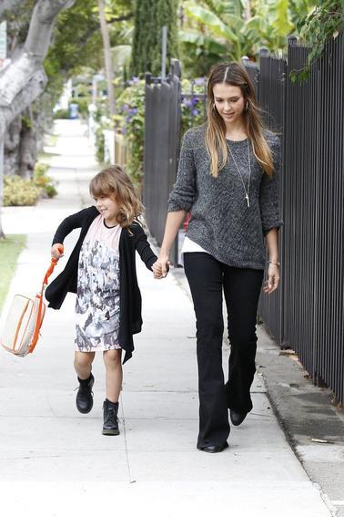 Honor va à l'école accompagnée de sa maman!