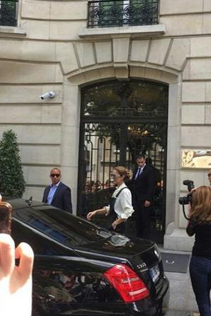 Céline sort de son hotel pour preparer son concert de ce soir ;En arborant une salopette en cuir noir !!!!!