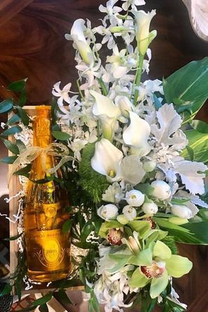 Céline a offert un bouquet de fleurs et une bouteille de Champagne à Line Renaud pour l'occasion de l'inauguration  d'une rue à son nom à Vegas