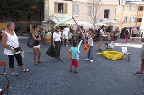 Les jeux médiévaux de la troupe euroscope sur la place de la mairie!!