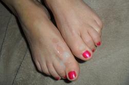 les pieds de ma femme avec mon sperme mettez des coms pas de kiffs SVP merci