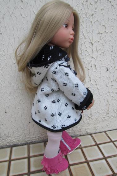 Emily jolie avec son petit manteau jacquard