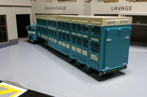 tracteur unic t 270ch 2a moteur v8 aves semi-remorque betaillere de chez ixo au 1/43.(édition altaya numéro 25 semi-remorque d'exception).