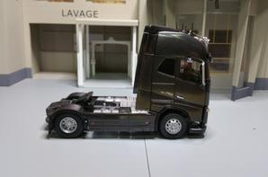 tracteur volvo cab fh 4 globetrotter xl fh 16 750ch avec rampe de spots de chez eligor au 1/43