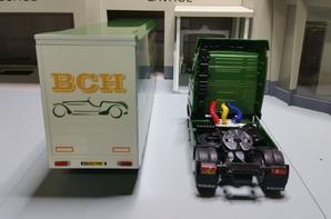 tracteur volvo fh 16 470ch (1993-2003) avec semi-remorque fomule1 bch qu'il apparemment n'existe pas de chez ixo au 1/43.(édition altaya numéro 47 semi-remorques d'exception).
