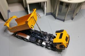 tracteur renault kerax benne en 8x4 modèle norev au 1/43.(quelques détails).
