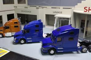 trateur volvo 770 volvo 780vn modèle eligor au 1/43 et tracteur volvo vt 880 modèle motorart au 1/43.