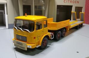 tracteur saviem sm 340 6x4 (1968-1975) avec semi-remorque porte char des trs guelpa modèle ixo au 1/43.(édition altaya numéro 59 semi-remorque d'exception).