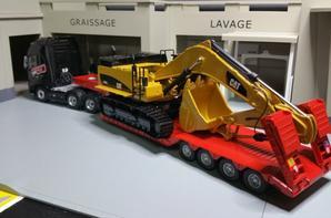 ensemble porte char au 1/43 avec cette  pelleteuse caterpillar 374 d excavatrice modèle au 1/50.