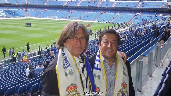 Mesut, son père Mustafa et Wolfgang Wittich (son ancien entraîneur à Schalke 04 pendant le match de coupe du Roi (17.05.13)