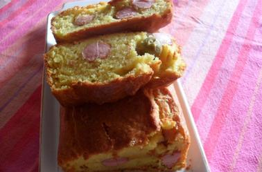 Cake aux olives et aux saucisses de Francfort