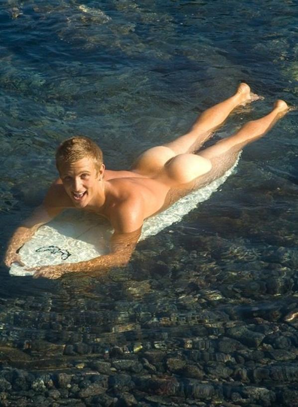 le mec dans le vestiare s aprete a sortir se lancer sur l autre a plage c est pas chaud ???