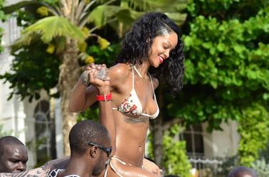 Le 6 novembre 2013 :Rihanna à la plage, en cercle famillial, à la Barbade.