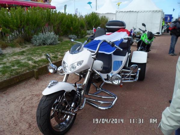 moto de collection sur un parking