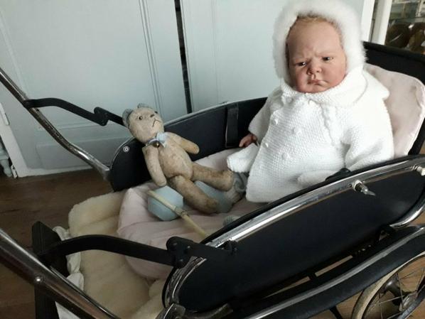 Petit Edouard, emmitouflé dans son manteau, pas content de sortir !