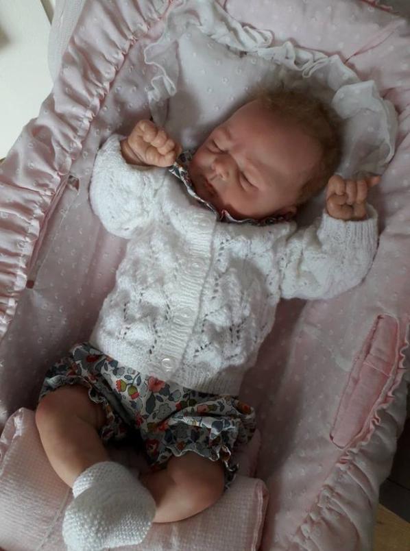 Isabelle aime tellement le gilet qu'elle l'essaie à tous ses bébés, lol !