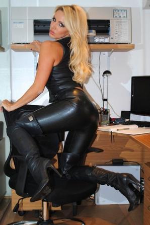 Voilà , D'autres Photo De Ces Tenues Sexy En Cuir Huuuuummmm :$ :P <3 (Suite)