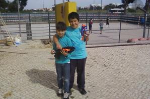 Os jovens sócios da Associação- a nova fase da cobertura do polidesportivo da associação.