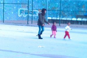 A Karen a brincar no polidesportivo da zona 4 no dia do aniversario