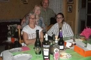 RECEPTION DE LA FAMILLE GAUTAUX HEUREUSEMENT SANS LUI A TABLE EAU ET COCA