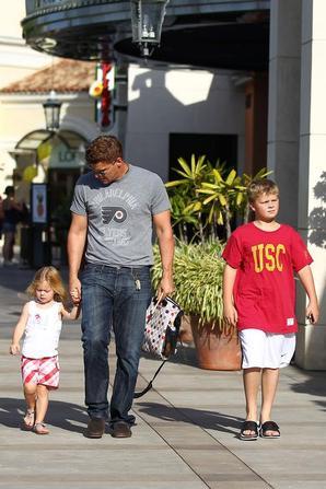 • • Le 10 Juillet, David était de sorti avec ses enfants.  • •
