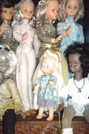 La Nina trés entoureé par les cathies de Bella qui sont en admiration devant sa belle chevelure