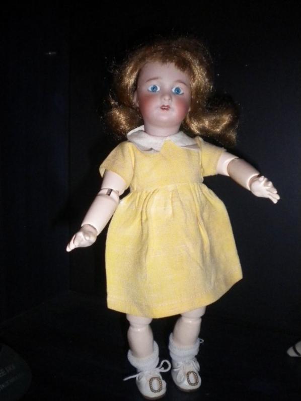 Bleuette et saRobe jaune