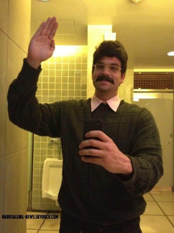 31/10/12 Mark était dans un bar pour fêter Halloween aux côtés de ses potes ( et de Zac Effron), déguisé en Flanders !