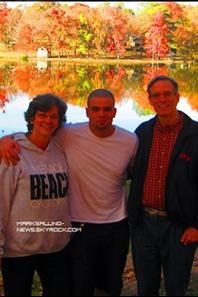 Tweets:  de Mark aux côtés de ses parents pendant le week end de Thanksgiving + d'une fan; je vous ai mit plusieurs photos de Mark en compagnie de quelques fans et une photo promo de la graduation venant d'apparaître