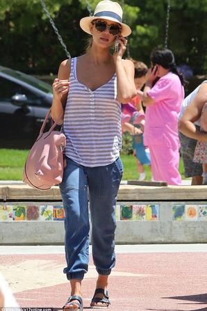 30.05 - Jessica Alba au parc avec sa fille