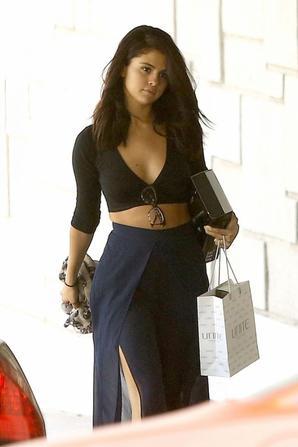 11.06 - Selena Gomez se rend dans un salon de coiffure