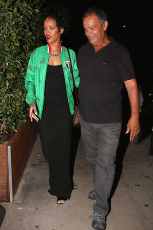 30.06 - Rihanna dîne avec son père, Beverly Hills