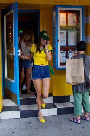 09.07 - Alessandra Ambrosio soutenait son équipe dans un bar de NYC